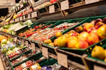 Körbe mit frischem Obst und Gemüse.