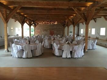 Bilder eines Festsaals mit Stühlen und Tischen