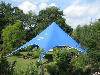 Bild eines blauen, sechseckigen Pavillion