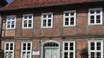 Bild des Hauptgebäudes von vorne.